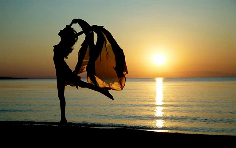 Tanečnice na pláži - tančí, jako by si na cestu nepůjčila u HomeCreditu